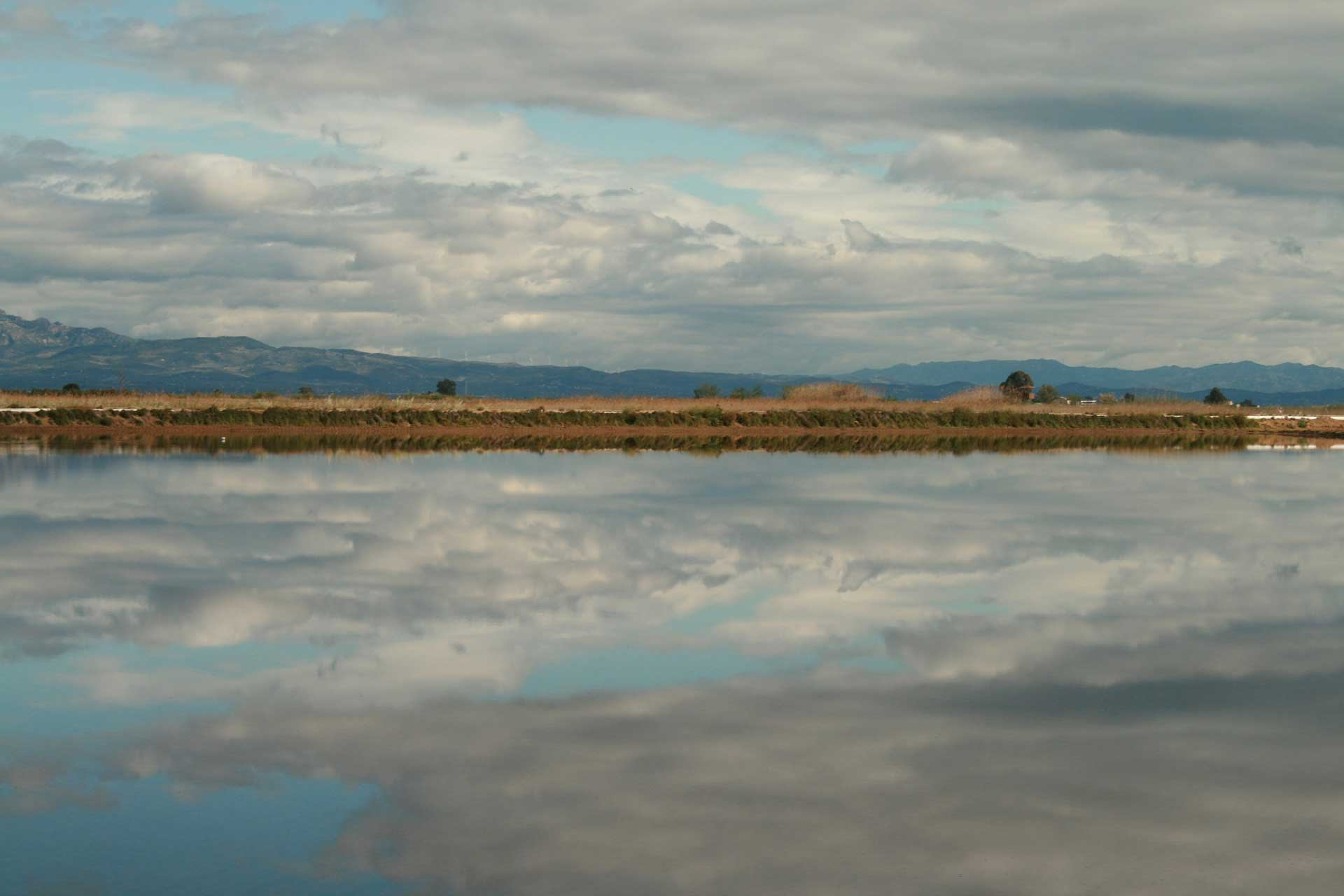 Delta del ebro con paisaje nublado