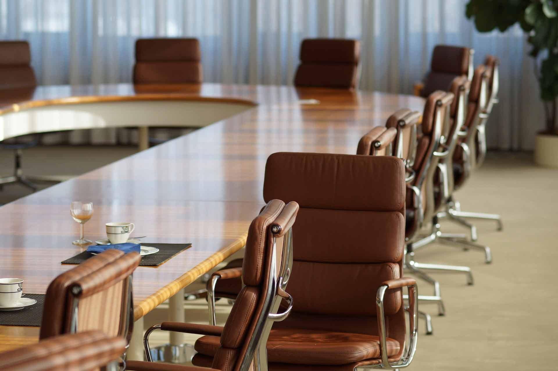 Varias sillas en una sala de reuniones